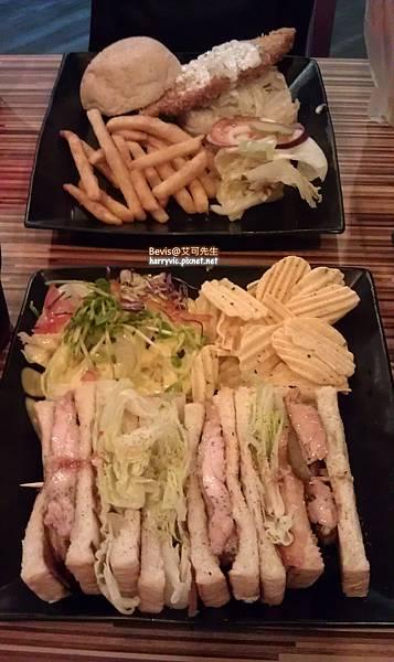 酥炸塔塔魚堡(上)招牌炭烤雞肉三明治(下)