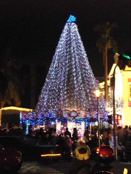 台中市政府前聖誕樹旋轉馬車