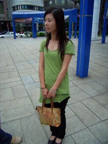 等公車的女孩?!