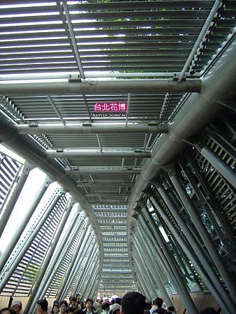 上面全是太陽能板