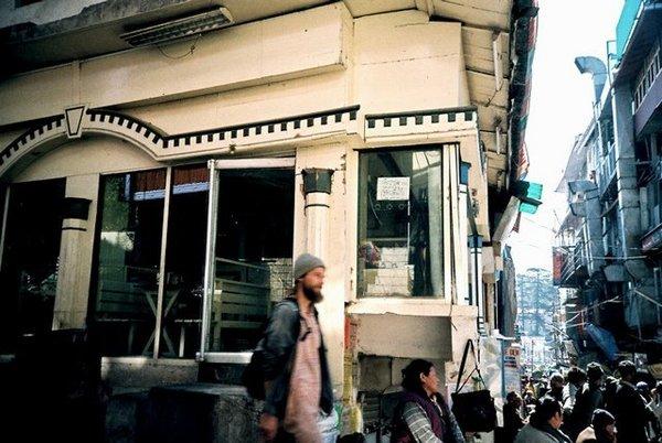 坐在dharamsala巴士站對街看人
