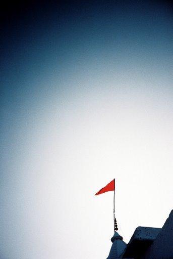 pushkar山頂小廟小紅旗旗正飄飄