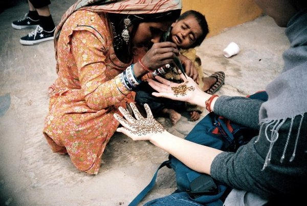 henna彩繪 後來褲子不幸沾到這個吉普賽小孩的便便