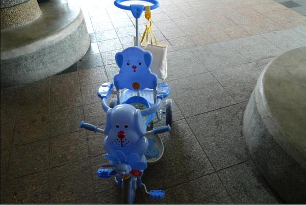 2010-10-17 小沛沛平日坐騎~公園搶眼物 II.JPG