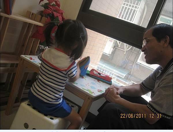 2011-06-22 沛沛今天是不是穿的很可愛阿~只能偷拍他3.JPG