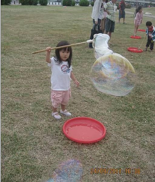 2011-09-24林默娘公園玩泡泡-2