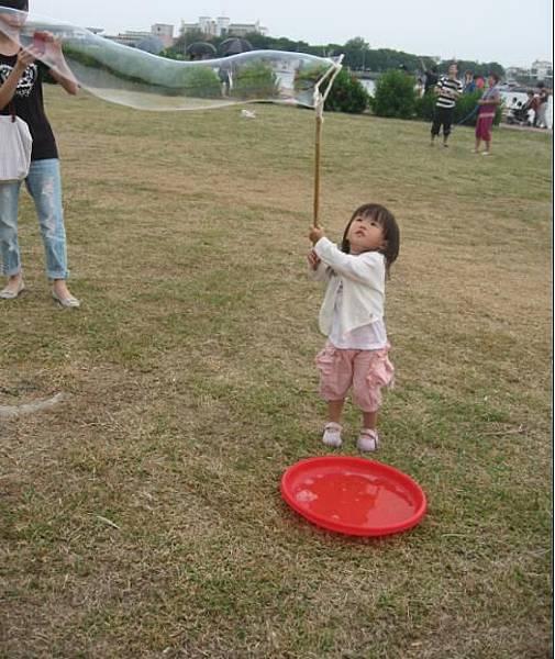 2011-09-24林默娘公園玩泡泡-3