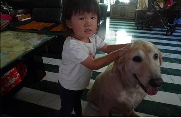 2011-10-28 沛沛你在捏妮妮嗎