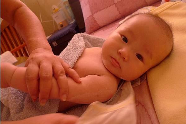2011-10-28 我們弟弟已經4個月嚕~附上艷照一張2