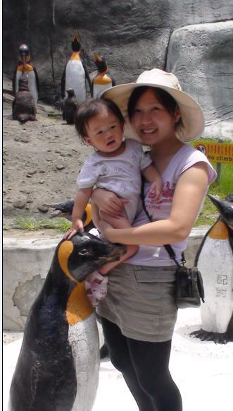 2010-08-22 小沛沛摸摸國王企鵝.JPG