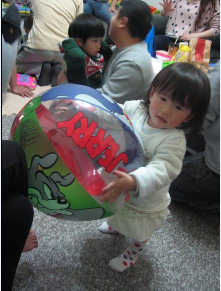 2011-02-13 媽媽你看我的大球球.JPG