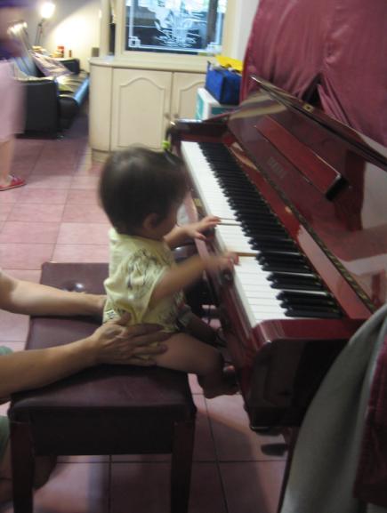 2010-07-27小沛沛第一次彈琴-很有架勢唷.JPG
