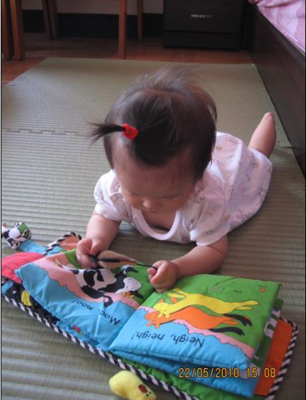 2010-05-25 小沛沛在看書.JPG