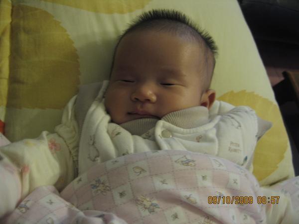 2009-10-09  準備出發到台南的小沛沛之躺在台北沙發上3.JPG
