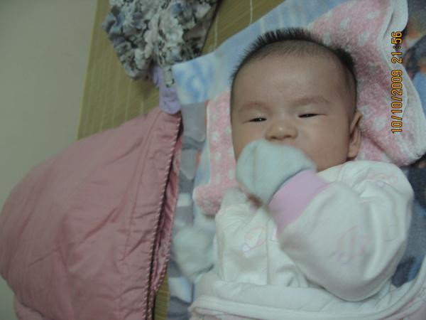 2009-10-10  小沛沛愛吃手手8.JPG