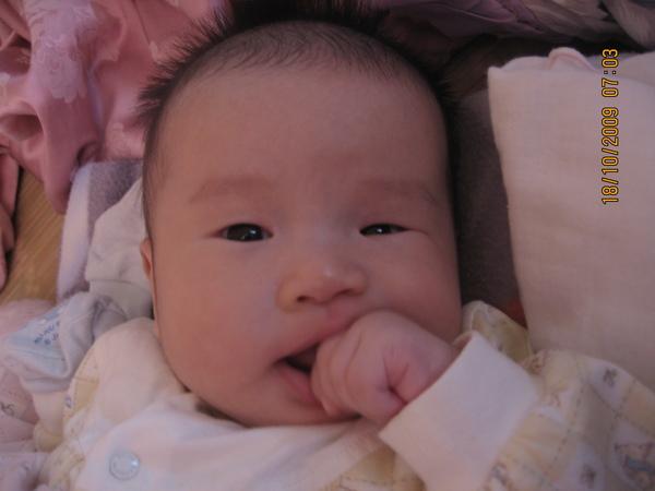 2009-10-18 小沛沛吃雞腿1.JPG