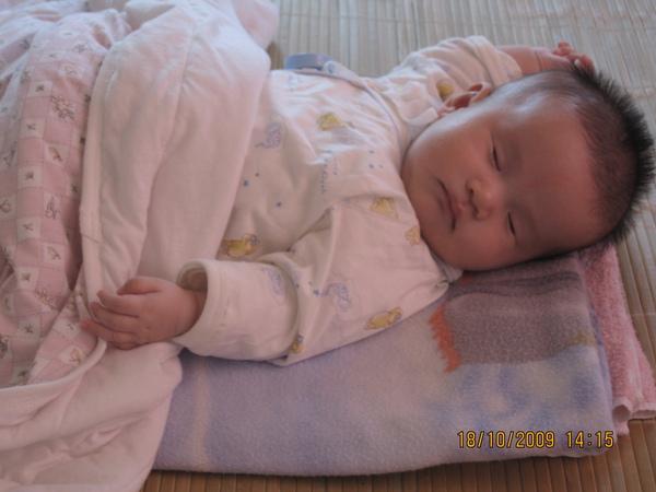 2009-10-18 小沛沛睡成這樣.JPG