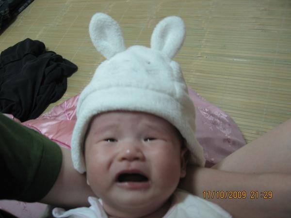 2009-10-18 小沛沛姑姑們買的小帽子~那是啥那是啥.JPG