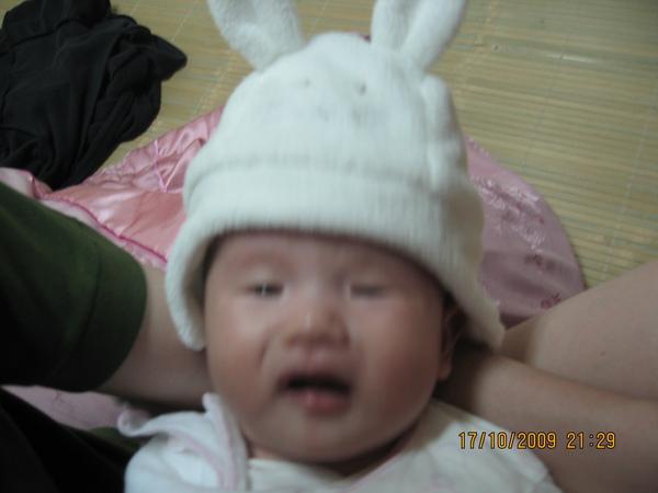 2009-10-18 小沛沛姑姑們買的小帽子~你們在我頭上幹麻啦.JPG