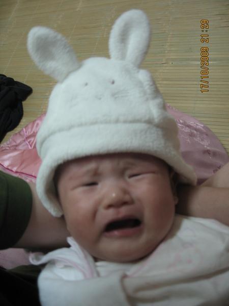 2009-10-18 小沛沛姑姑們買的小帽子~你們在做什麼啦.JPG