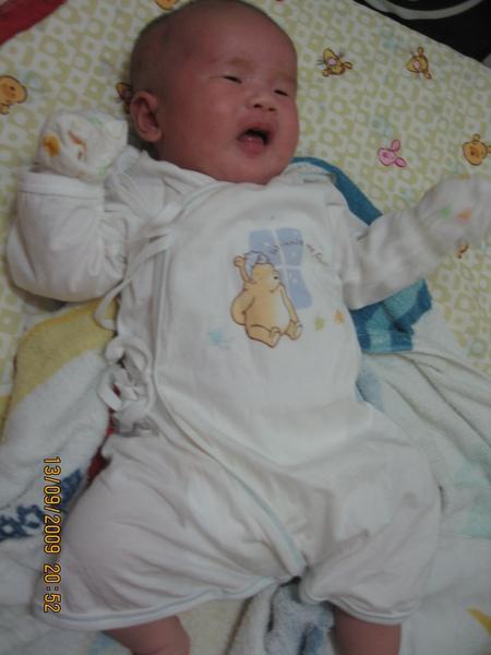 2009 春夏~奇哥睡覺維尼熊兩用兔裝.JPG