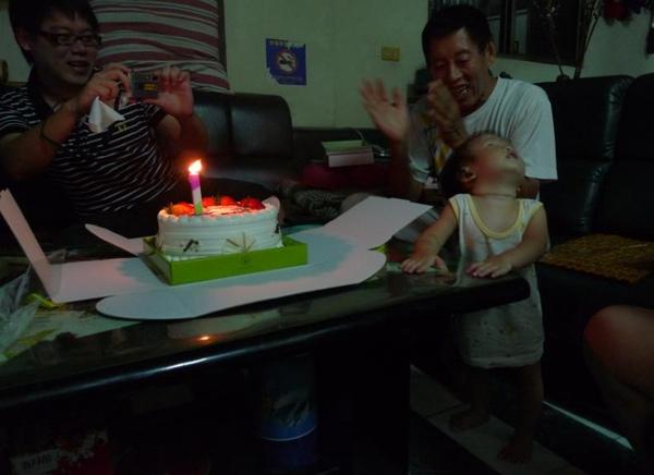 2010-07-24 小沛沛週歲生日蛋糕~大家都在唱歌.JPG