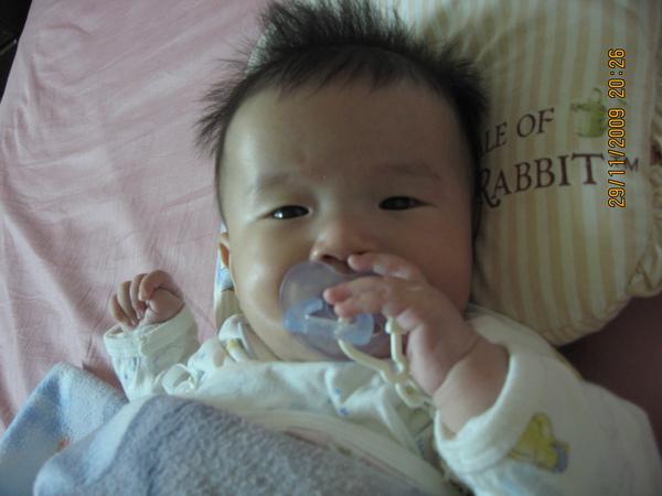 2009-12-1 小沛沛現在愛用手手抓東西嚕.JPG