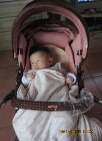 小沛沛第一天坐上她的小車車.JPG