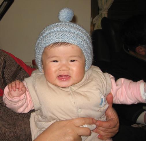 阿嬤買的新帽子~高興的要飛起來了ㄋ.JPG