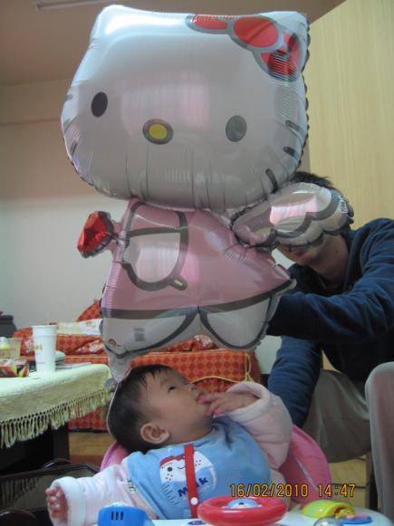 2010-02-16 小沛沛跟hello kitty的合照 3.JPG