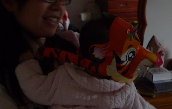2010-02-27 我的元宵燈帽是一隻老虎唷.JPG