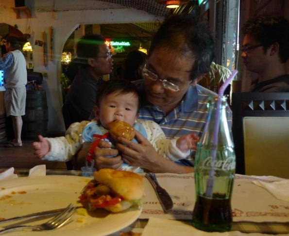 2010-03-06 給我吃麵包.JPG