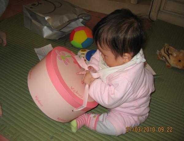 2010-03-27 小沛沛的新玩具(姑姑送的啦).JPG