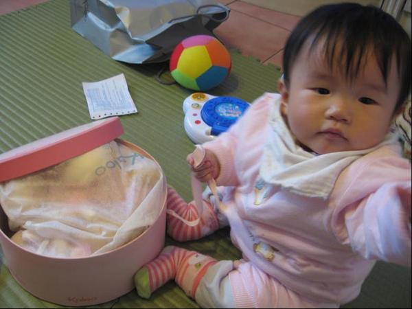 2010-03-27 小沛沛的新玩具(麻麻的相機好好玩的樣子唷).JPG