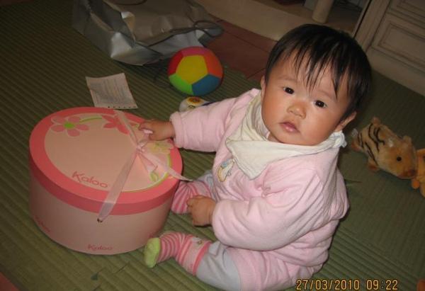 2010-03-27 小沛沛的新玩具(還不會自己開玩具 ㄎㄎ).JPG