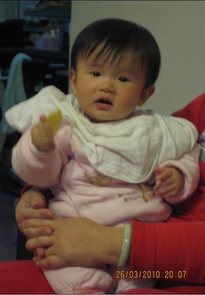 2010-03-26 小沛沛開始會自己吃餅乾了2.JPG