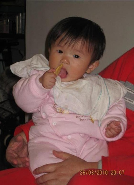 2010-03-26 小沛沛開始會自己吃餅乾了.JPG