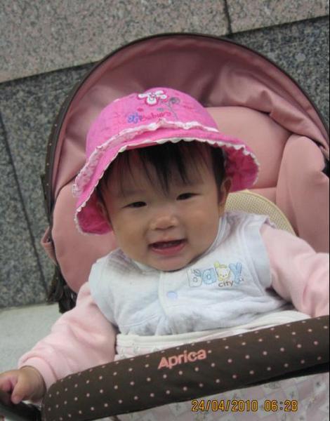 2010-04-24 小沛沛戴帽帽準備回台南唷 II.JPG