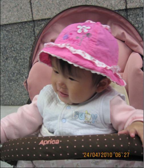 2010-04-24 小沛沛戴帽帽準備回台南唷 I.JPG