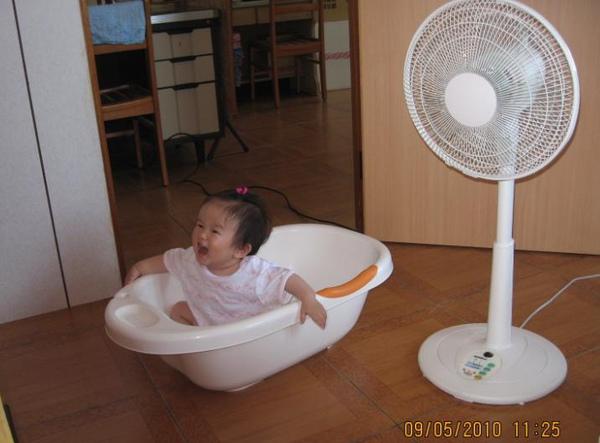 2010-05-10 小沛沛浴缸車 玩的不亦樂呼.JPG