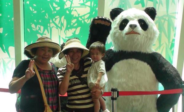 2010-08-22 小沛沛看貓熊唷.JPG