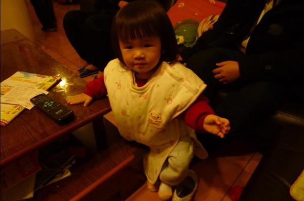 2010-01-30 沛沛愛偷穿媽媽的高跟鞋.JPG