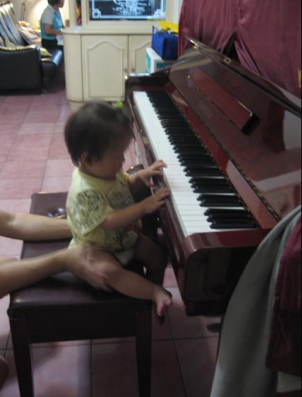 2010-07-27小沛沛第一次彈琴-很有架勢唷II.JPG