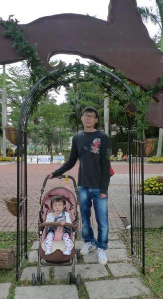 2010-11-15 小沛沛吃手手跟拔拔的合影.JPG