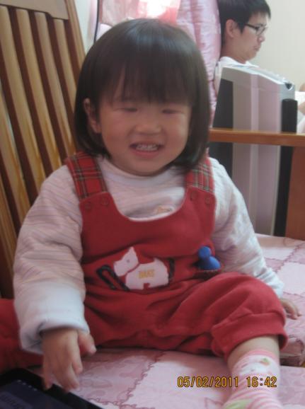 2011-02-05 笑的那麼開心~是紅包拿很多嗎.JPG