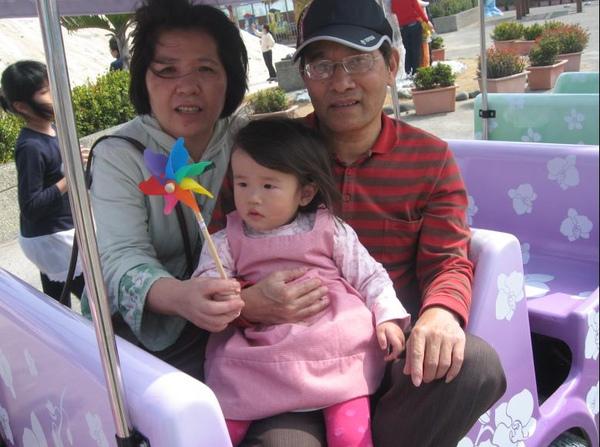 2011-02-26 台南七股鹽山行-小沛沛坐車車遊園.JPG