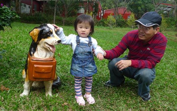 2010-12-05 沛沛跟狗狗拍照.JPG