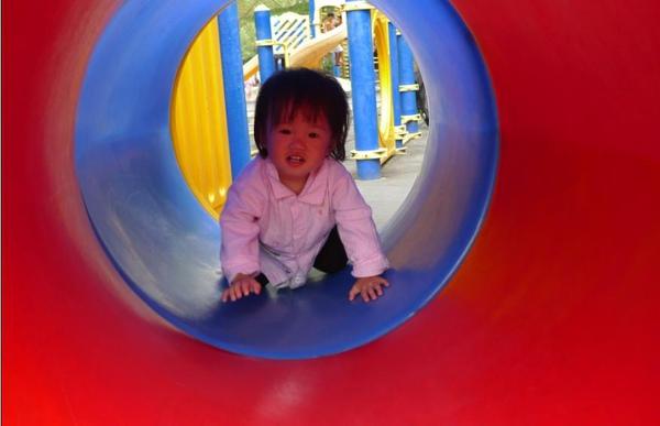 2010-10-17 第二站遊戲區-小沛沛愛這個洞.JPG