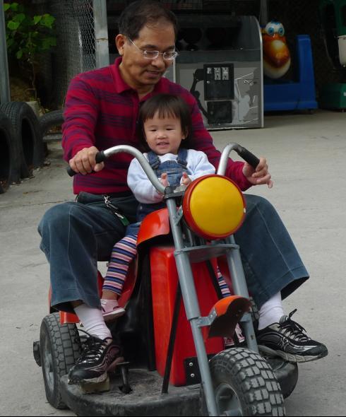 2010-12-05 沛沛必玩的碰碰車.JPG