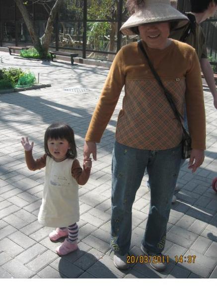 2011-03-20 壽山動物園-沛沛跟阿嬤的衣服有搭到唷.JPG